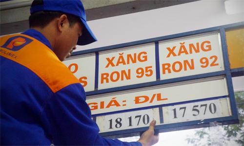 Giá xăng tiếp tục giảm 310 đồng một lít